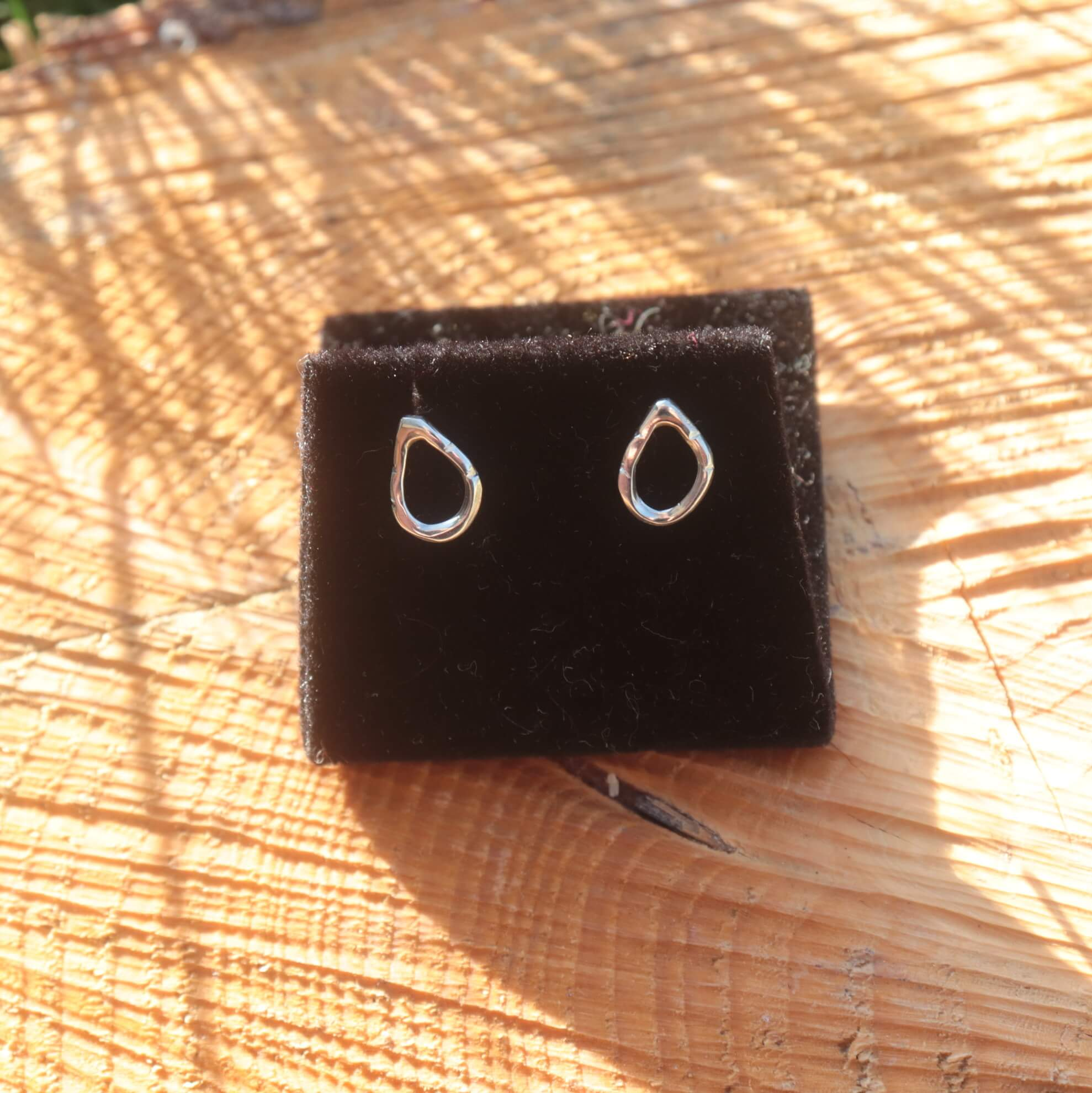 Boucles d'oreilles en argent. La feuille creuse
